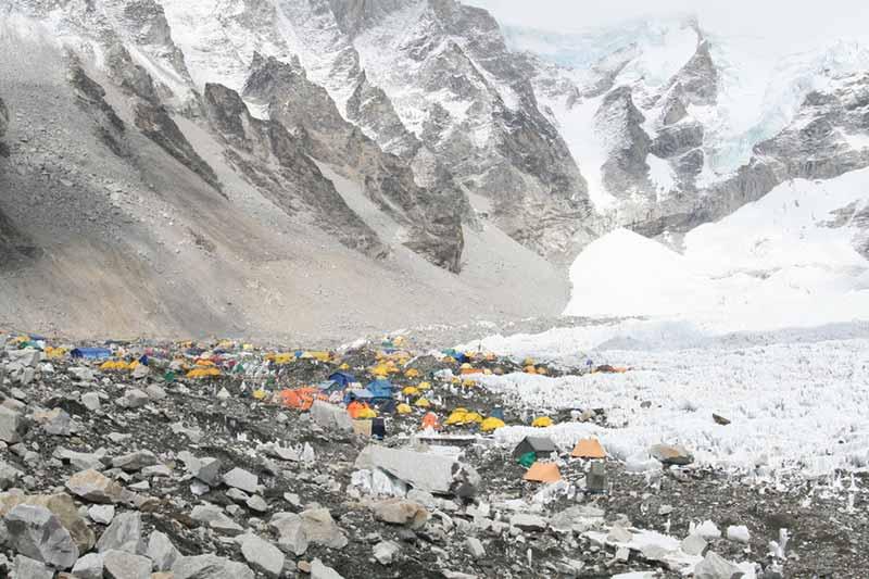 Panorama del versante nepalese del Campo Base sud, paragonato al primo passo per creare un brand
