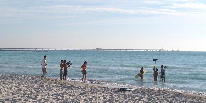 Operatori video riprendono modella nel mare di rosignano per pubblicità smalti
